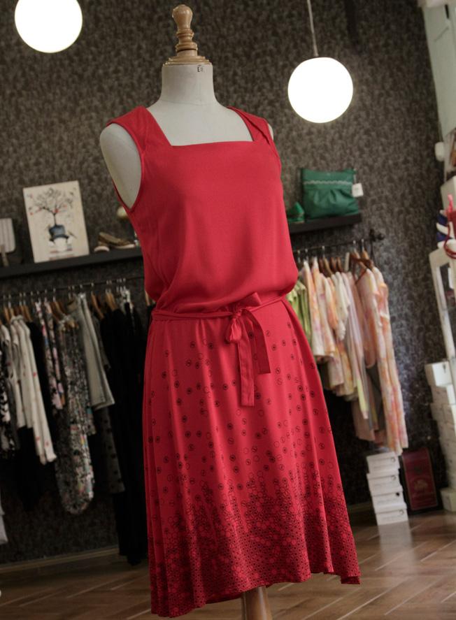 Vestido rojo con escote cuadrado y lazo a la cintura de la firma Skunkfunk