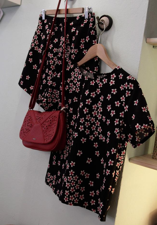 Short y blusa de flores de Sugarhill y bolso rojo con detalles troquelados de Skunkfunk