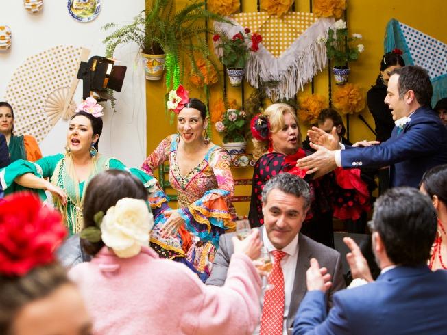 Escena de Allí Abajo en la Feria de Abril. Los trajes de flamenca son de Aurora Gaviño. Julio Vergne.