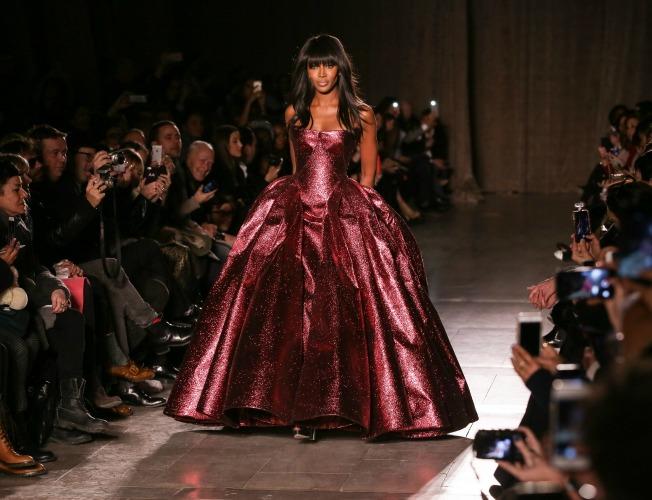 Naomi Campbell desfila para Zac Posen en Nueva York
