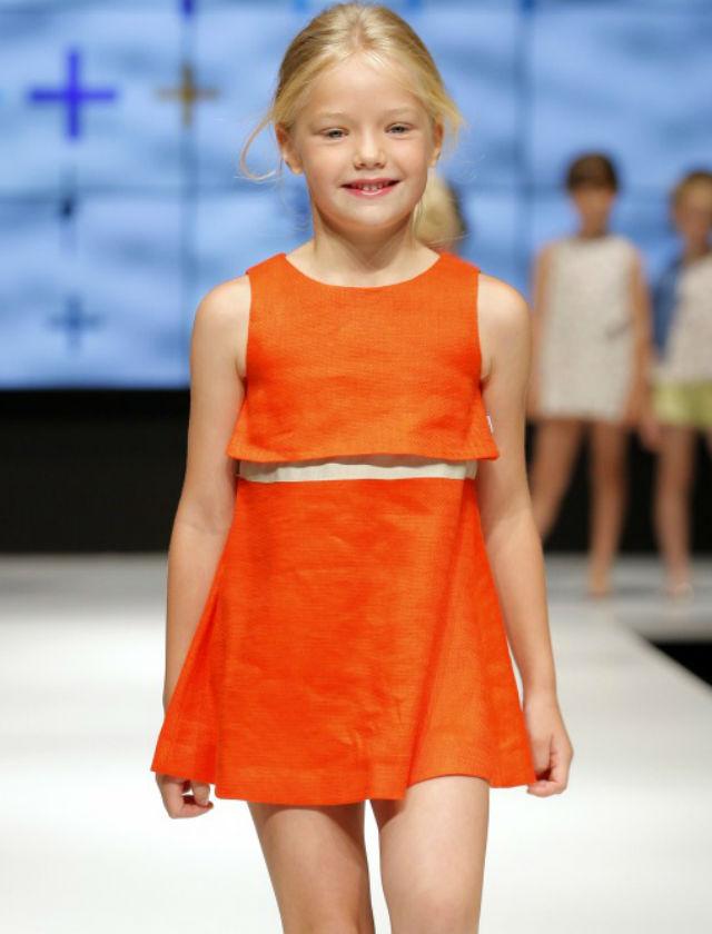 El naranja es uno de los colores de la temporada. En este modelo dos pezas de cropped top y falda skater.