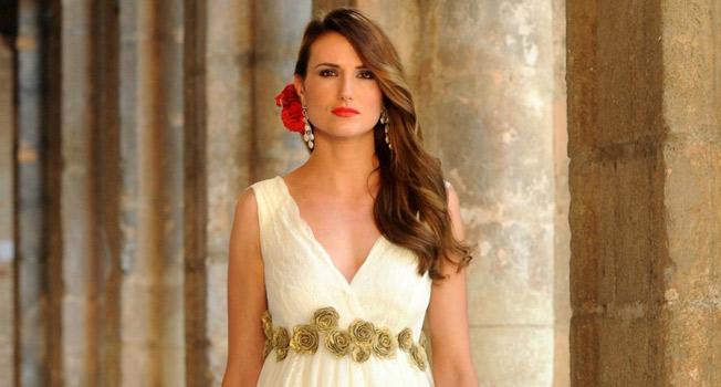 Las flores rojas son el toque de sur de su look de novia. Juan José Úbeda