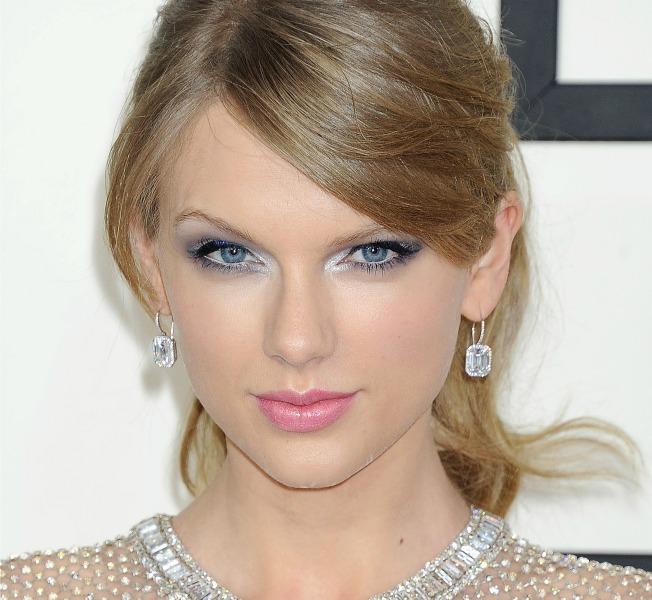 Taylor Swift con labios en rosa
