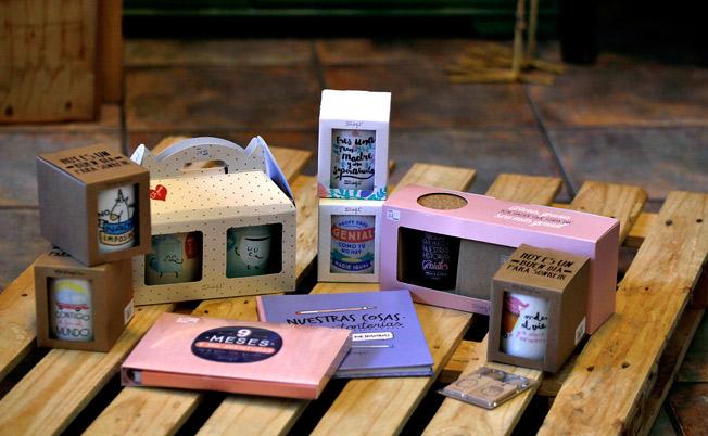 Bodegón productos de Mr. Wonderful (tazas, álbumes, libros, juegos, bolso viaje)