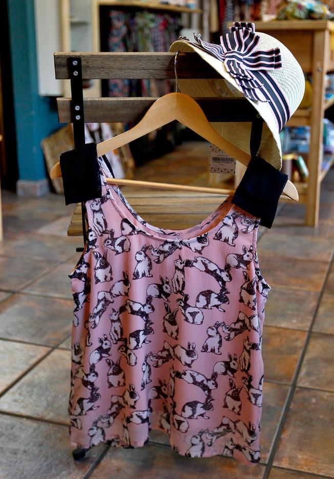 Blusa estampada de conejitos de Compañía Fantástica y sombrero pamela de Kling