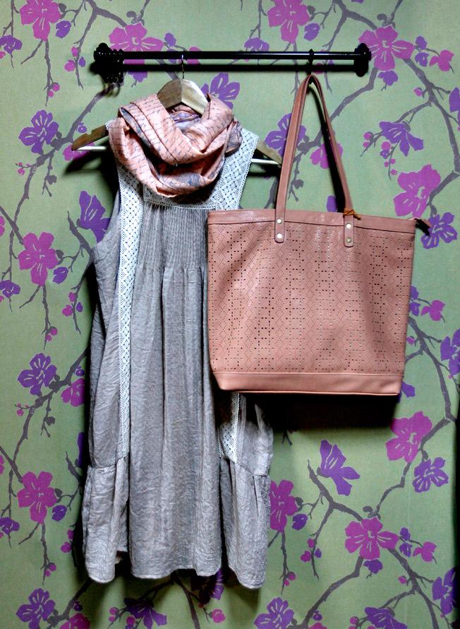 Vestido Meisie de algodón bambula, con pañuelos de Disaster Desings y bolso de Surkana