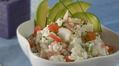 Ensalada de arroz con aguacate y surimi