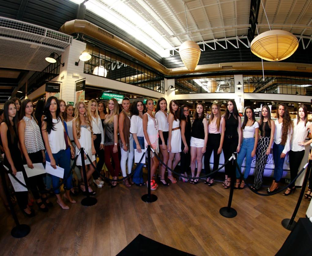 Unas cincuenta chicas se presentaron al casting para conseguir el pase a la final de Miss World Sevilla 2015 el pasado viernes en The Style Outlets. Chema Soler