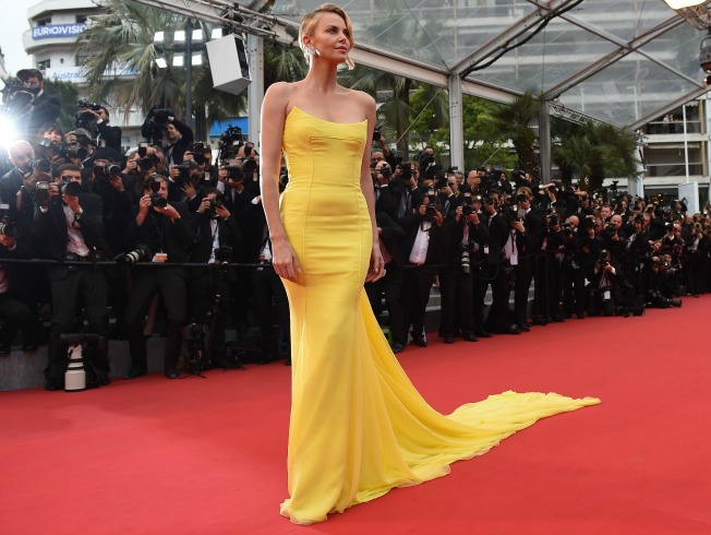 Charlize Theron de amarillo minion. AFP.
