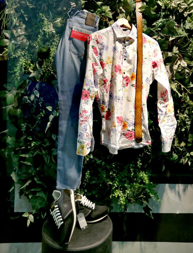 Jeans, camisa estampado floral, cinturón de piel y calzado deportivo