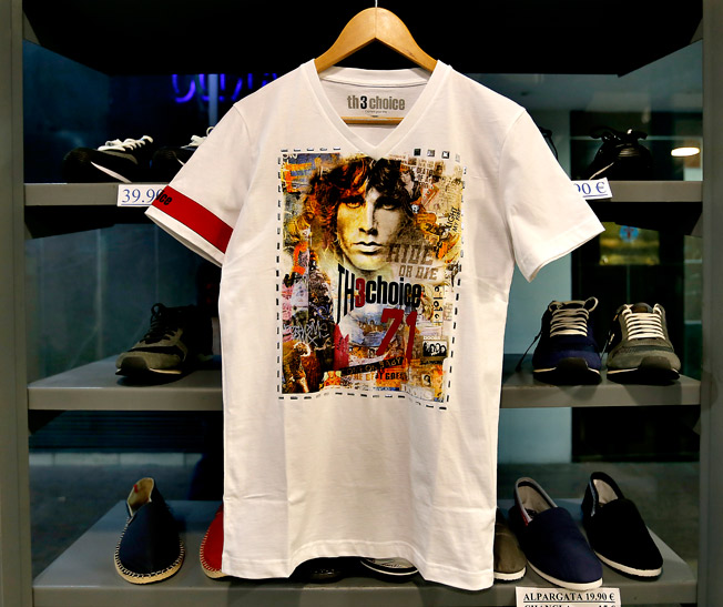 Camiseta de manga corta con imagen estampada en homenaje al músico Jim Morrison