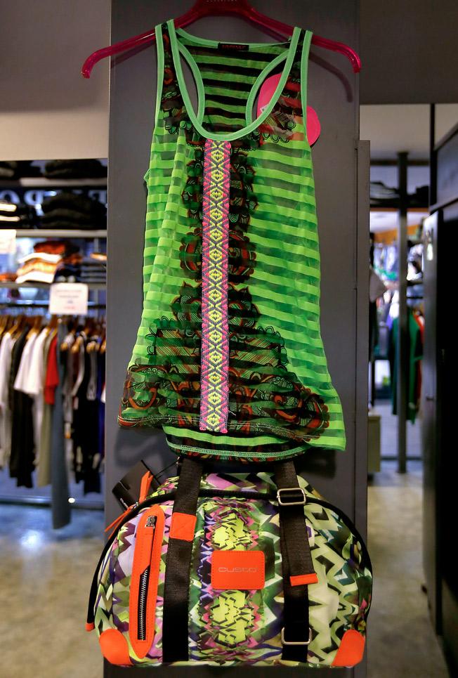 Camiseta de tirantes y bolso deportivo de loneta estampada con asas contraste y cierre de cremallera, todo de Custo Barcelona