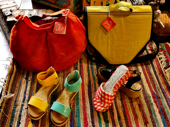 Bolsos Smateria fabricados en Camboya con sandalias Kling