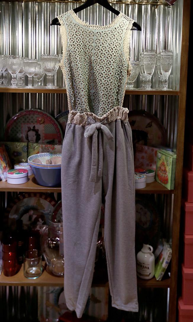 Top de cuero Isato con pantalón de algodón de Compañía