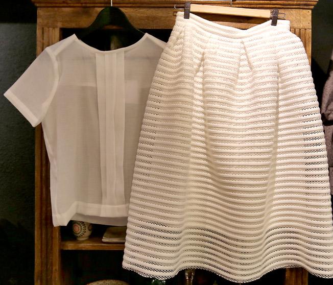 Blusa transparente con detalle plisado y falda con textura de rayas