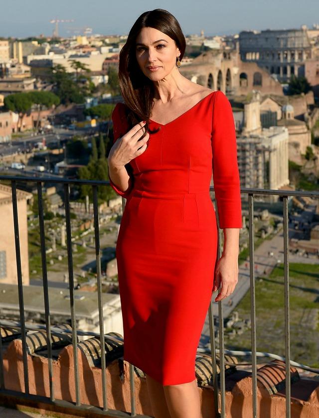 Monica Bellucci con un vestido rojo de largo midi y manga francesa. AFP.