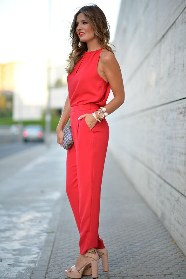El rojo es un color que sienta muy bien a las rubias