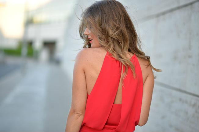 Detalle de la espalda del mono rojo de Zara
