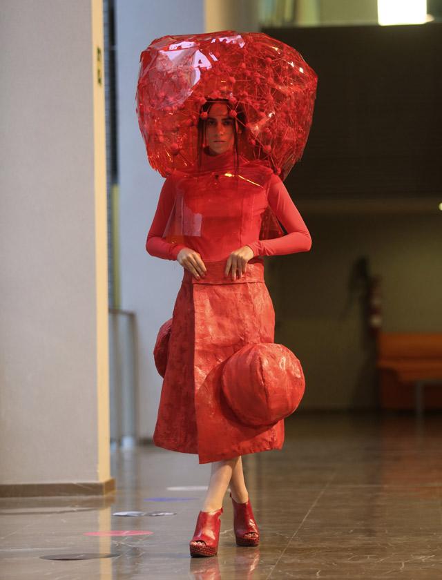 El año de la luz era el leit motiv de la colección que vimos en el desfile de MOVE 2015. Comenzó el rojo de Ángela Román. Vanessa Gómez