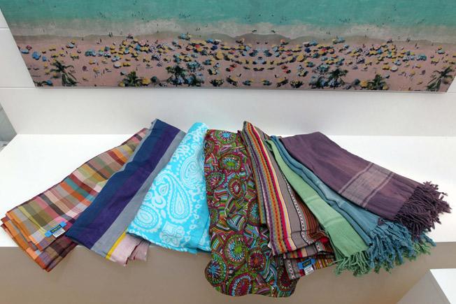 Pareos en una amplia gama de colores y estampados