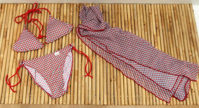 Bikini cortina bicolor con foam extraible y tirantes en tejido contraste, junto a pareo de tul a juego