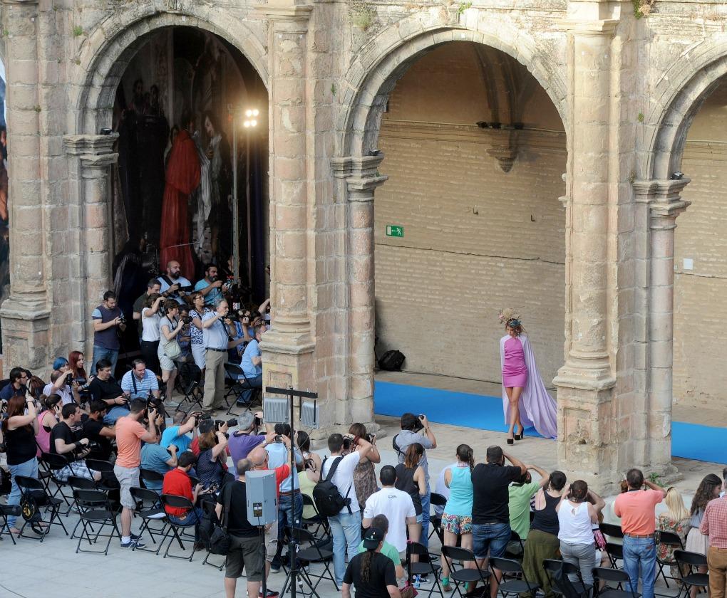 Cientos de fotógrafos asistieron al desfile para practicar la fotografía de moda en el monasterio de San Jerónimo. Juan José Úbeda.