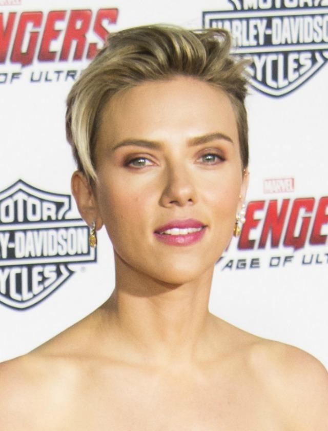 Una de las sorpresas ha sido el pixie de Scarlett Johansson, cuya melena rubia ondulada eran seña de identidad. Su nuevo look con flequillo y rapado le da fuerza. AFP