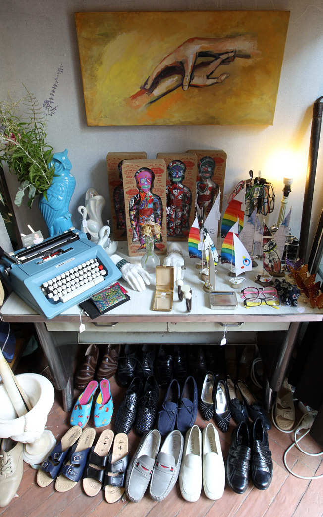 Calzado y artículos de decoración disponibles en Intrusa