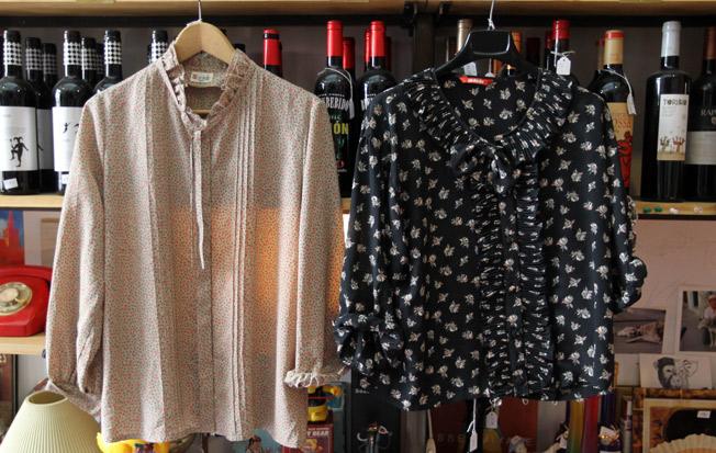 Blusas con estampado floral, cuello redondo y lazos para anudar de los años 40 y 50