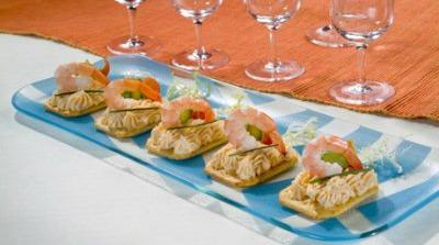 Tosta de queso con salmón, gambas y espárragos
