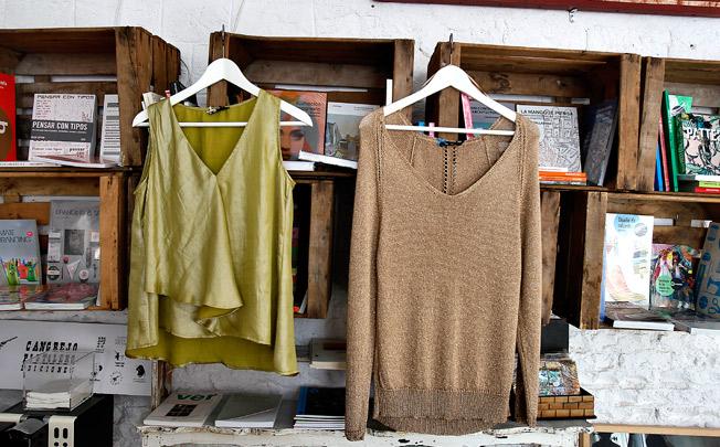 Blusa y jersey en tonos metálicos y cuello de pico