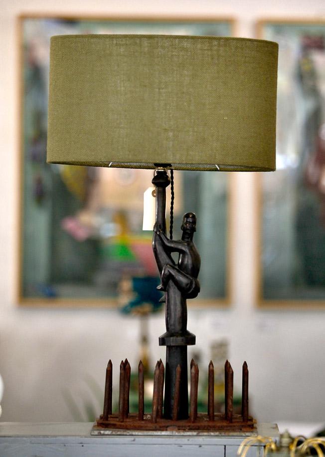 'Mejor vivir sin miedo', escultura lámpara hecha a partir de una antigua pieza africana de ébano