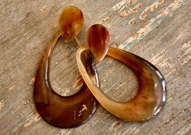Pendientes en forma de aro ovalado de asta de toro