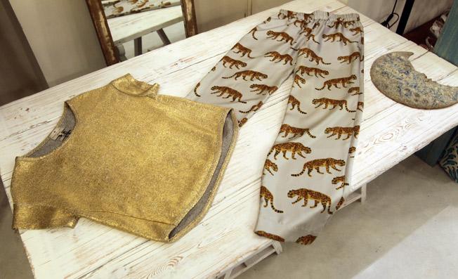 Pantalón de seda con estampado de panteras y top dorado de Essentiel
