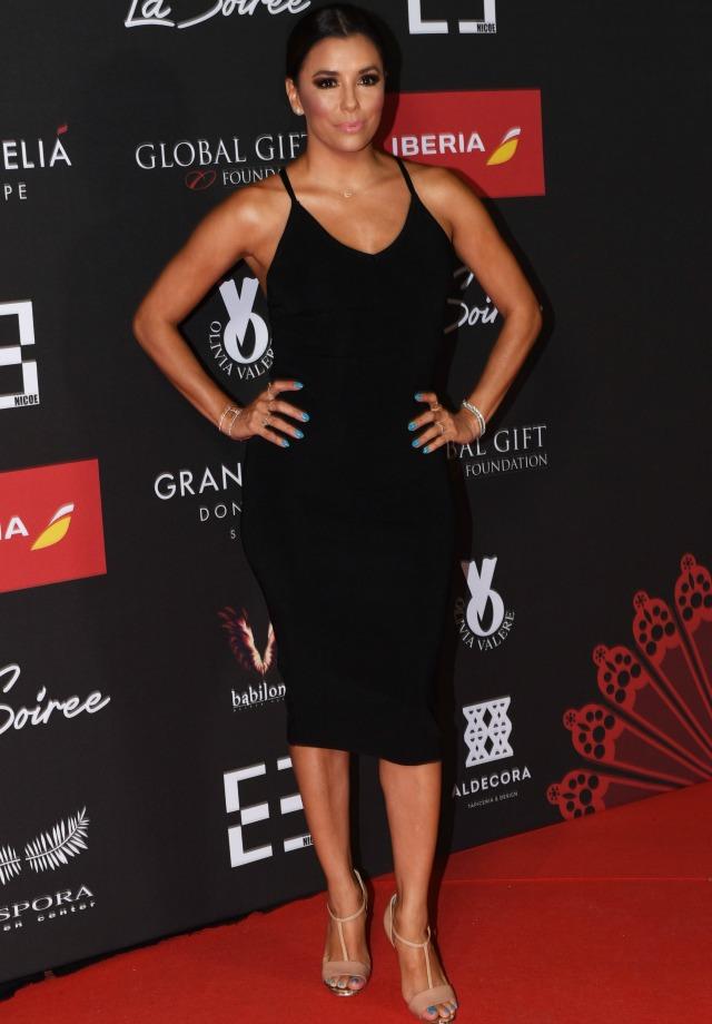 Eva Longoria en La Soireé con un vestido negro ceñido de largo midi. G3online