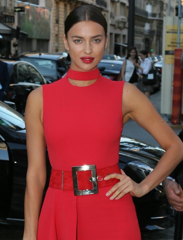 La modelo Irina Shayk apuesta por labios con un potente color rojo