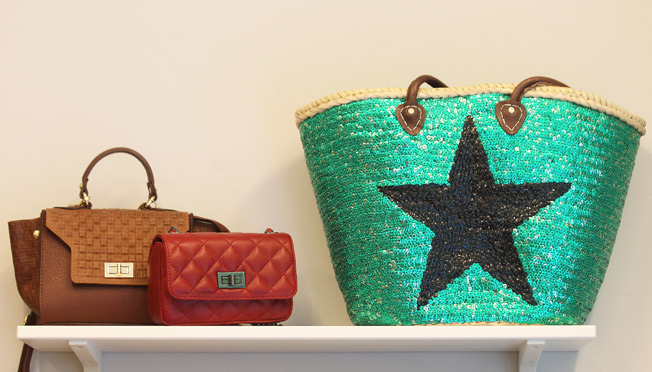 Bolsos de piel con cierre metálico y cesta de playa de lentejuelas con dibujo de estrella