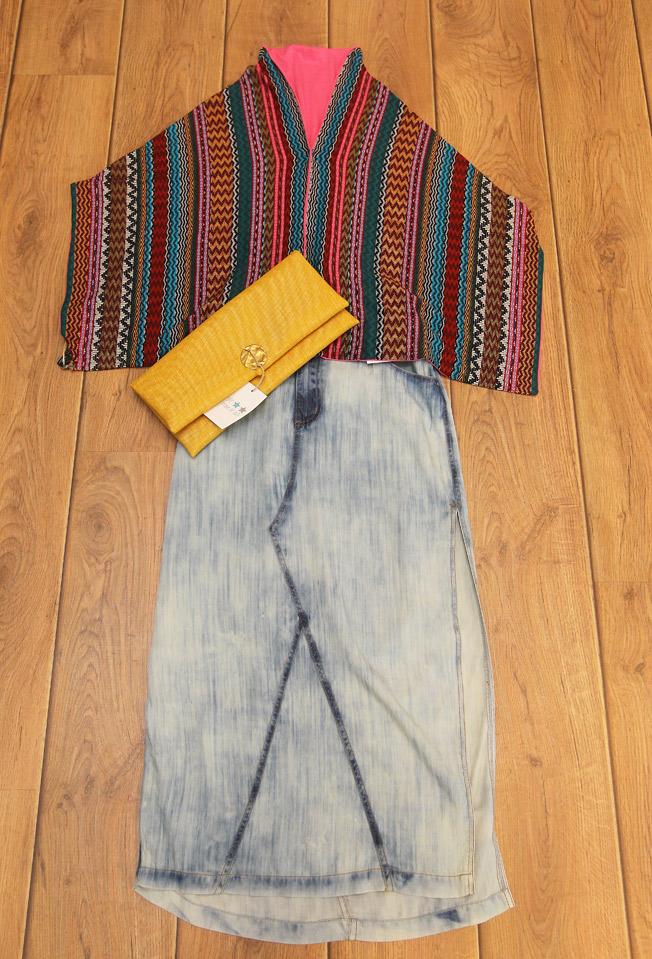 Falda larga vaquera, capa étnica y cartera de rafia en color mostaza