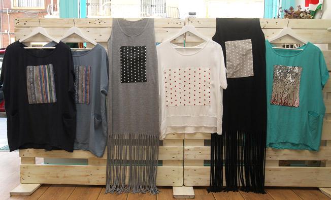Pom Pi Du Collection: trajes largos de flecos y con bolsillos, camisetas patchs y con impresión de lentejuelas