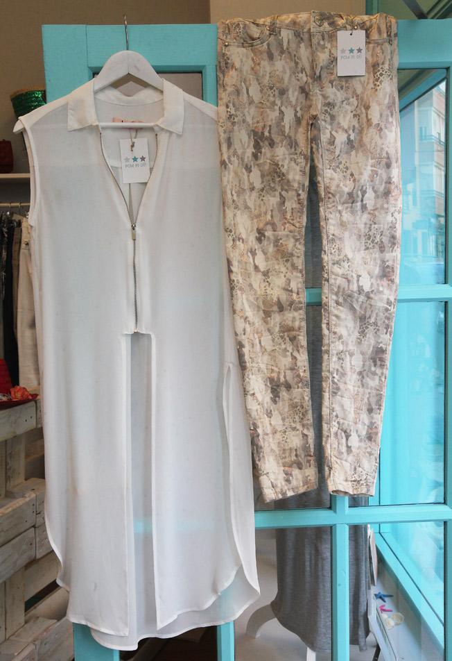 Pantalón pitillo print serpiente y camisa larga blanca sin mangas y cierre de cremallera