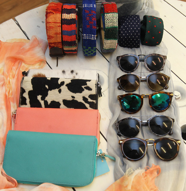 Cinturones hechos con tela de alfombras, gafas de sol, carteras en diferentes colores y prints, pañuelos, pareos y corbatas