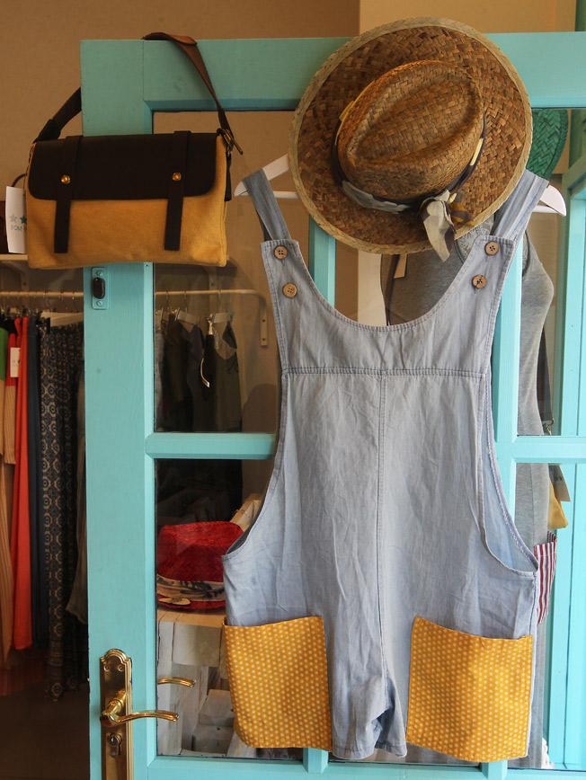 Peto vaquero Pom Pi Du Collection, bolso safari amarillo con solapa de piel y sombrero de paja