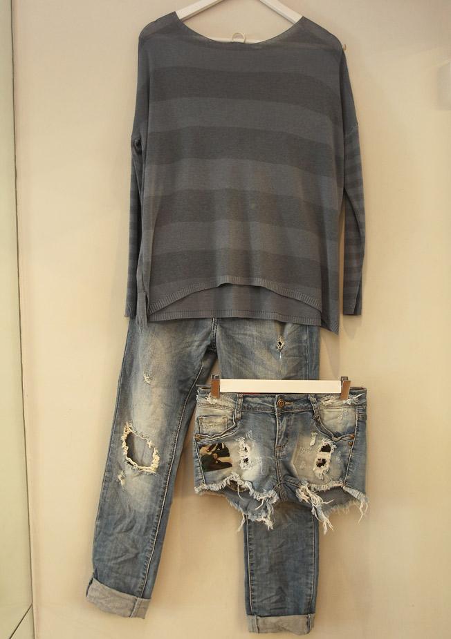 Vaqueros rotos, short vaquero con detalle en tela militar y jersey en hilo de rayas y manga larga