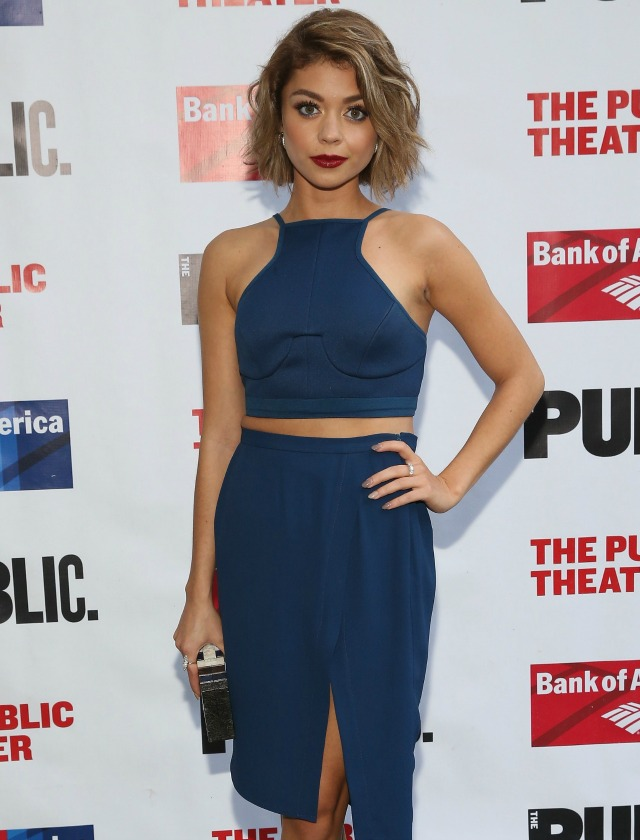 La actriz de Modern Family Sarah Hyland utiliza un cropped top con una falda asimétrica monocolor. AFP