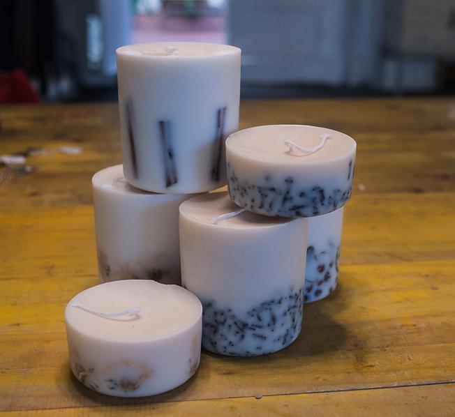 Juego de velas decorativas en diferentes tamaños
