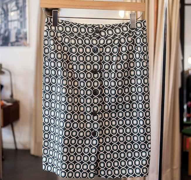 Falda estampado 'op art' con cierre delantero de botones