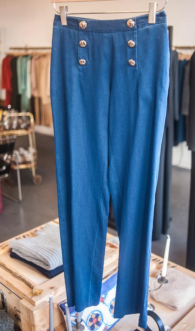 Pantalón vaquero fluido estilo marinero de la firma Angel Schlesser