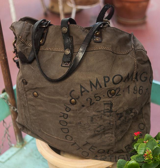 Bolsa XXL con aplicaciones metálicas de la firma Campomaggi