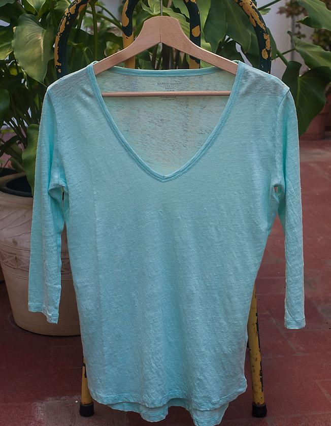Camiseta de lino turquesa con cuello de pico de la firma Majestic