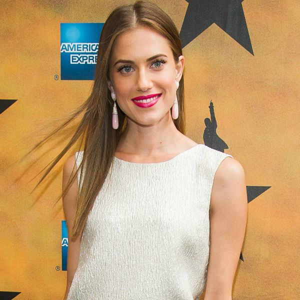 La actriz Allison Williams luce melena larga en color bronde. G3online